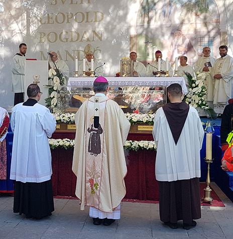 Mnoštvo vjernika okupljeno oko sv. Leopolda u Herceg Novom